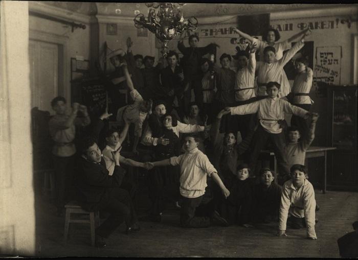 В общежитии еврейской полиграфической школы, 1923 год.